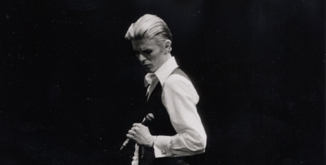 David Bowie, O'Keefe Center, Toronto, 1976. Copyright: Jean-Luc Ourlin. flickr.com/photos/jlacpo/7085740 - CC BY-SA 2.0 creativecommons.org/licenses/by-sa/2.0/ Edited.